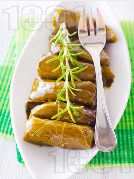 Лозови сарми с агнешка кайма и ориз по гръцки в тенджера - снимка на рецептата